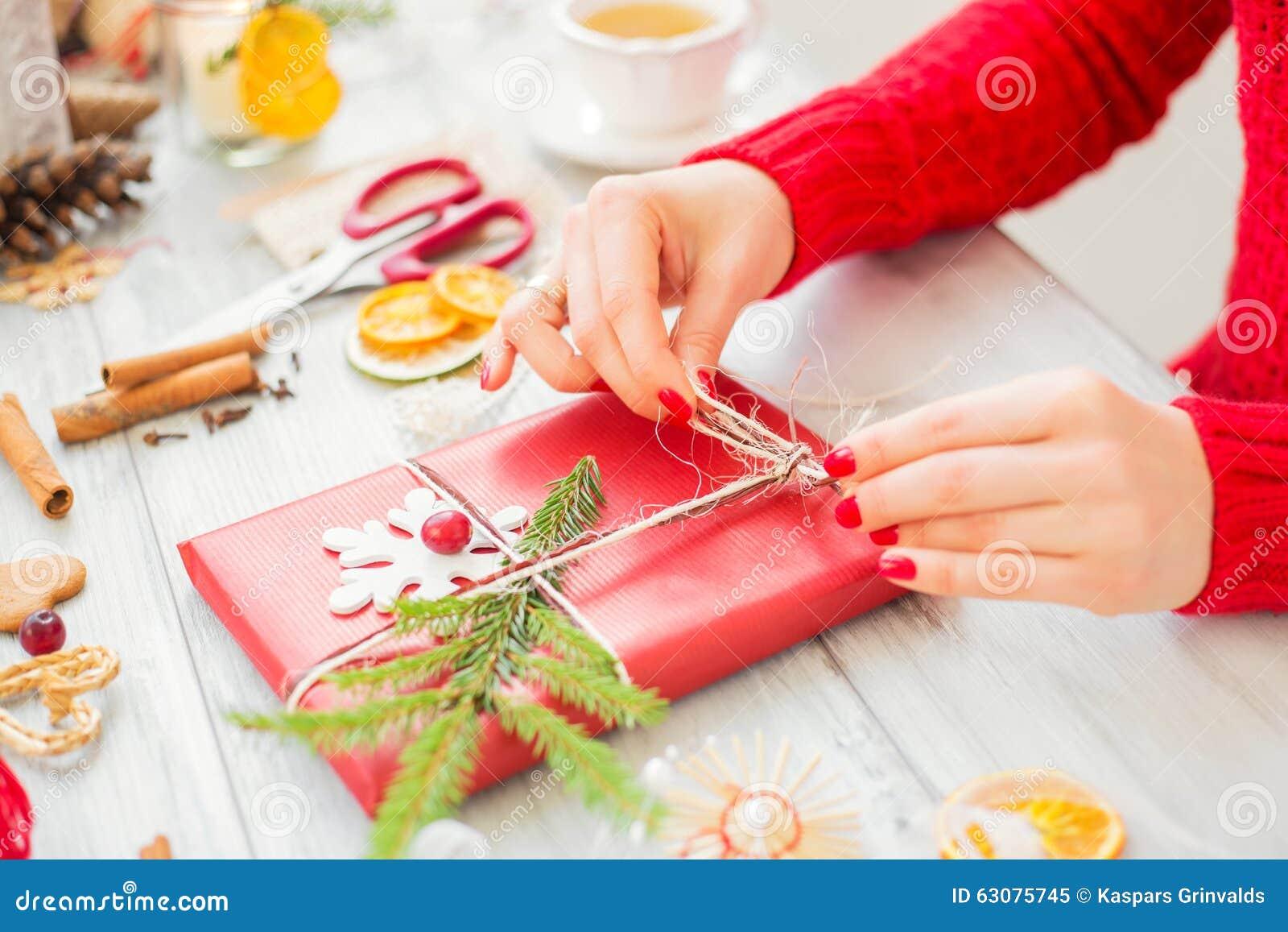 Download Femme Créative Faisant Des Présents Image stock - Image du décoration, créativité: 63075745