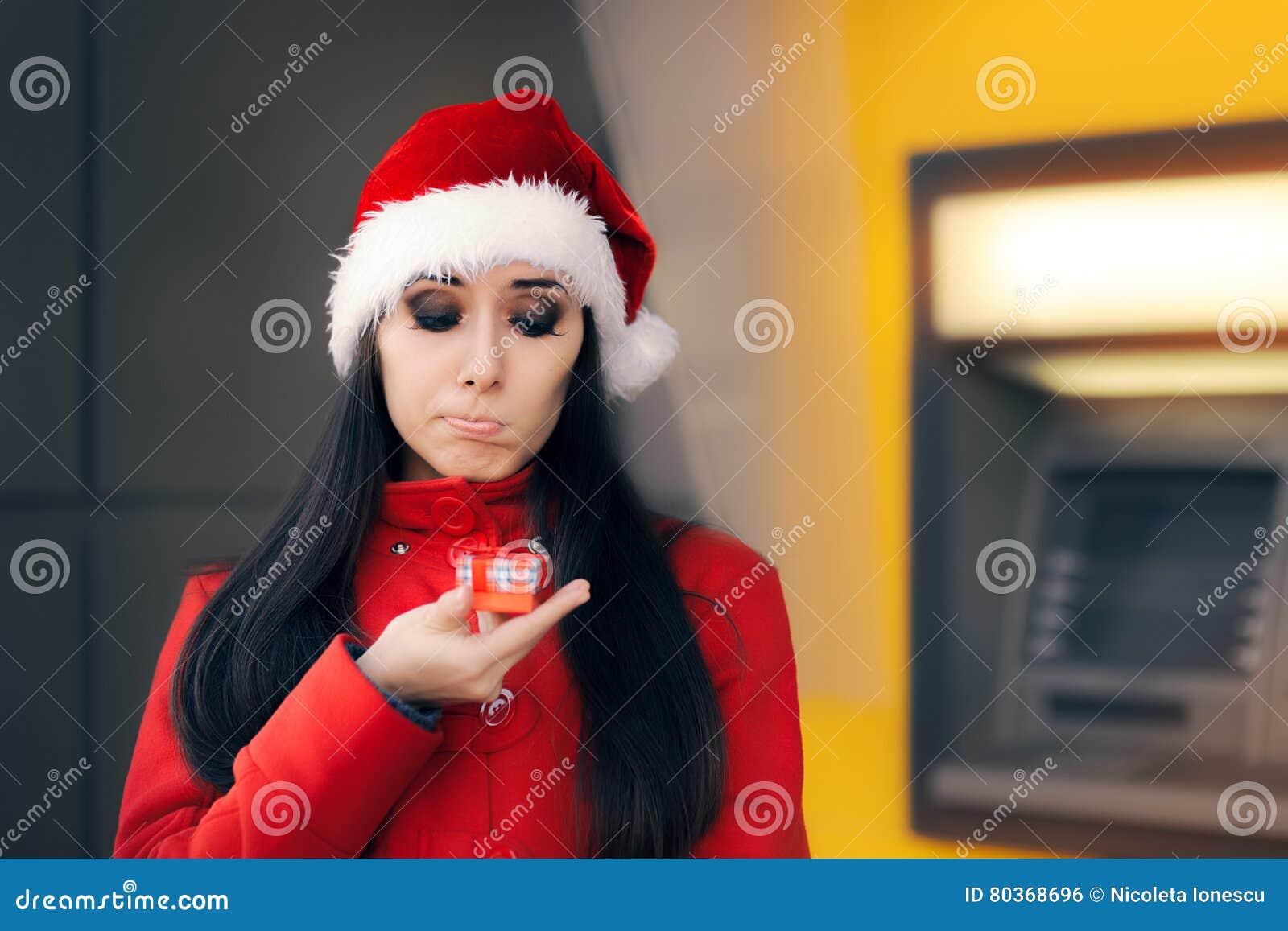 Femme déçue avec le petit boîte-cadeau devant une atmosphère