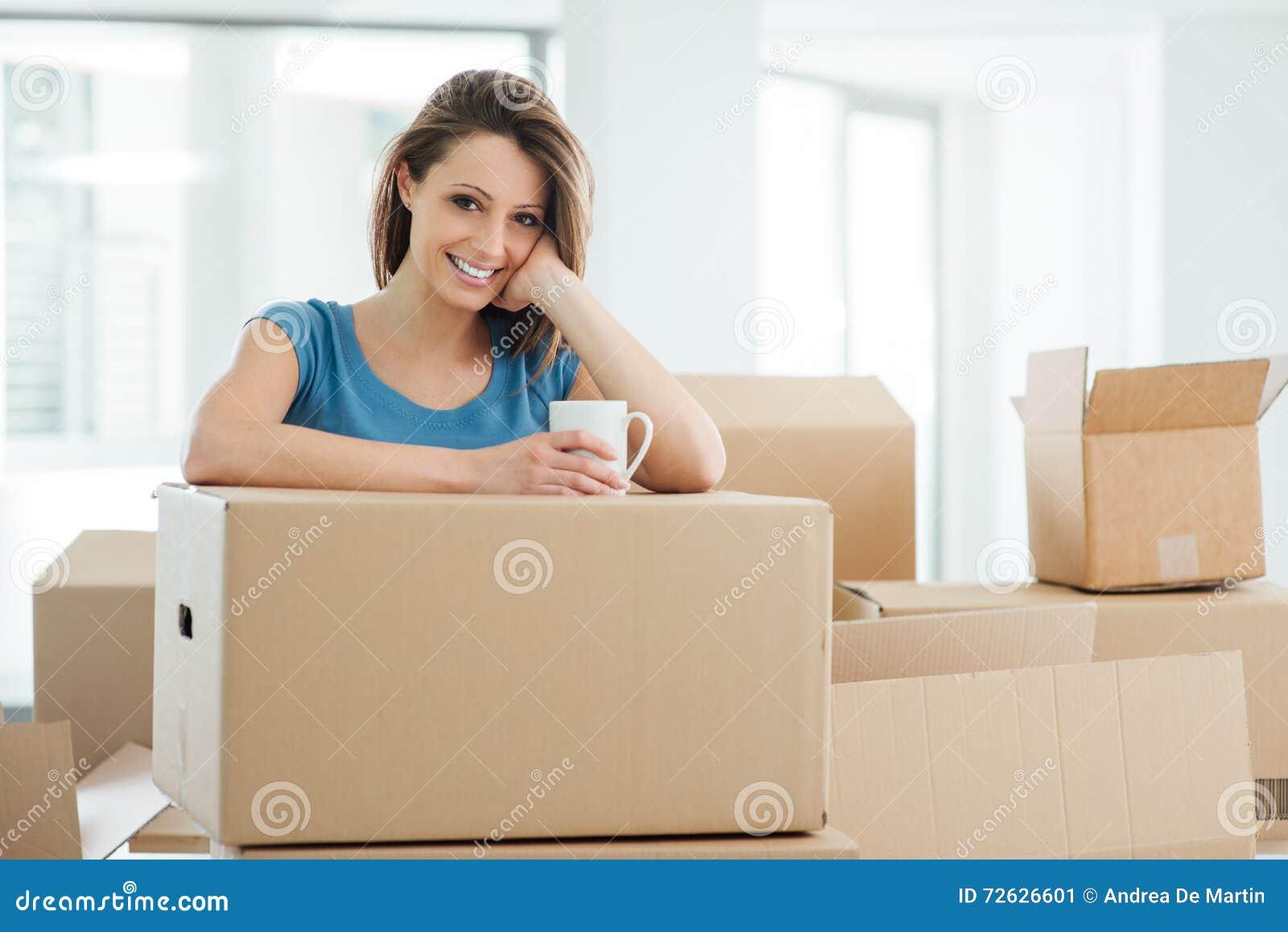 Femme déménageant sa nouvelle maison