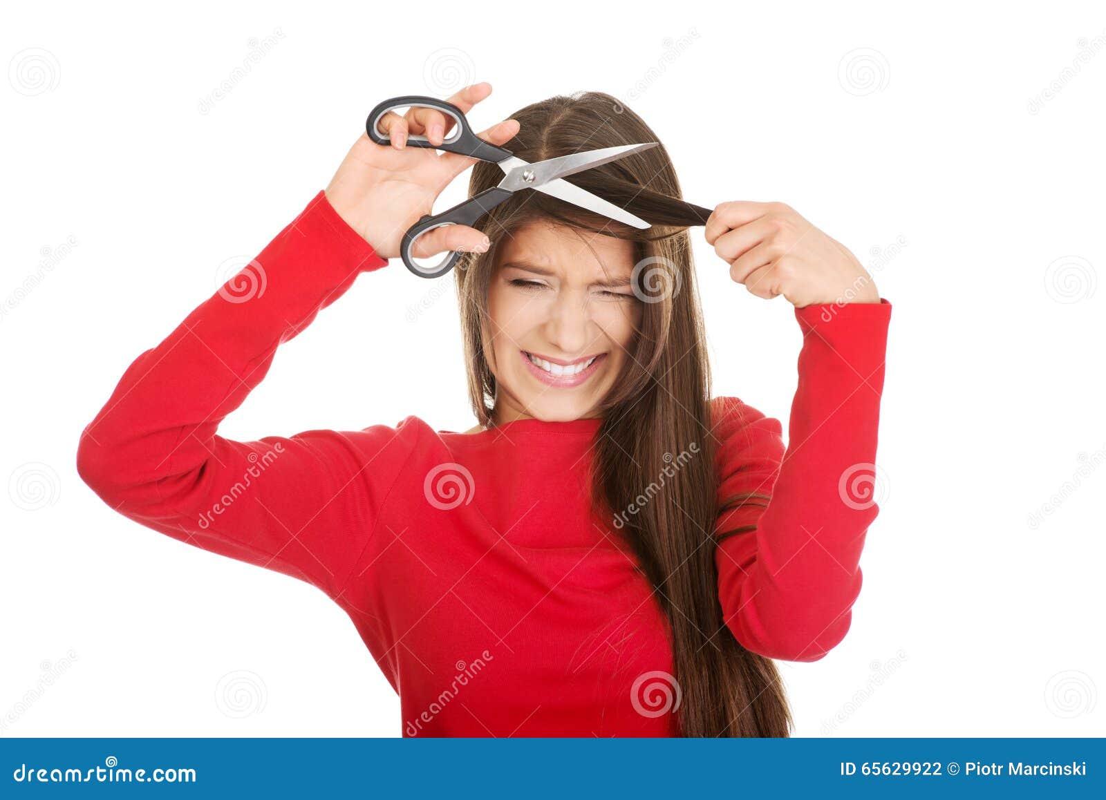 Femme déprimée coupant ses cheveux