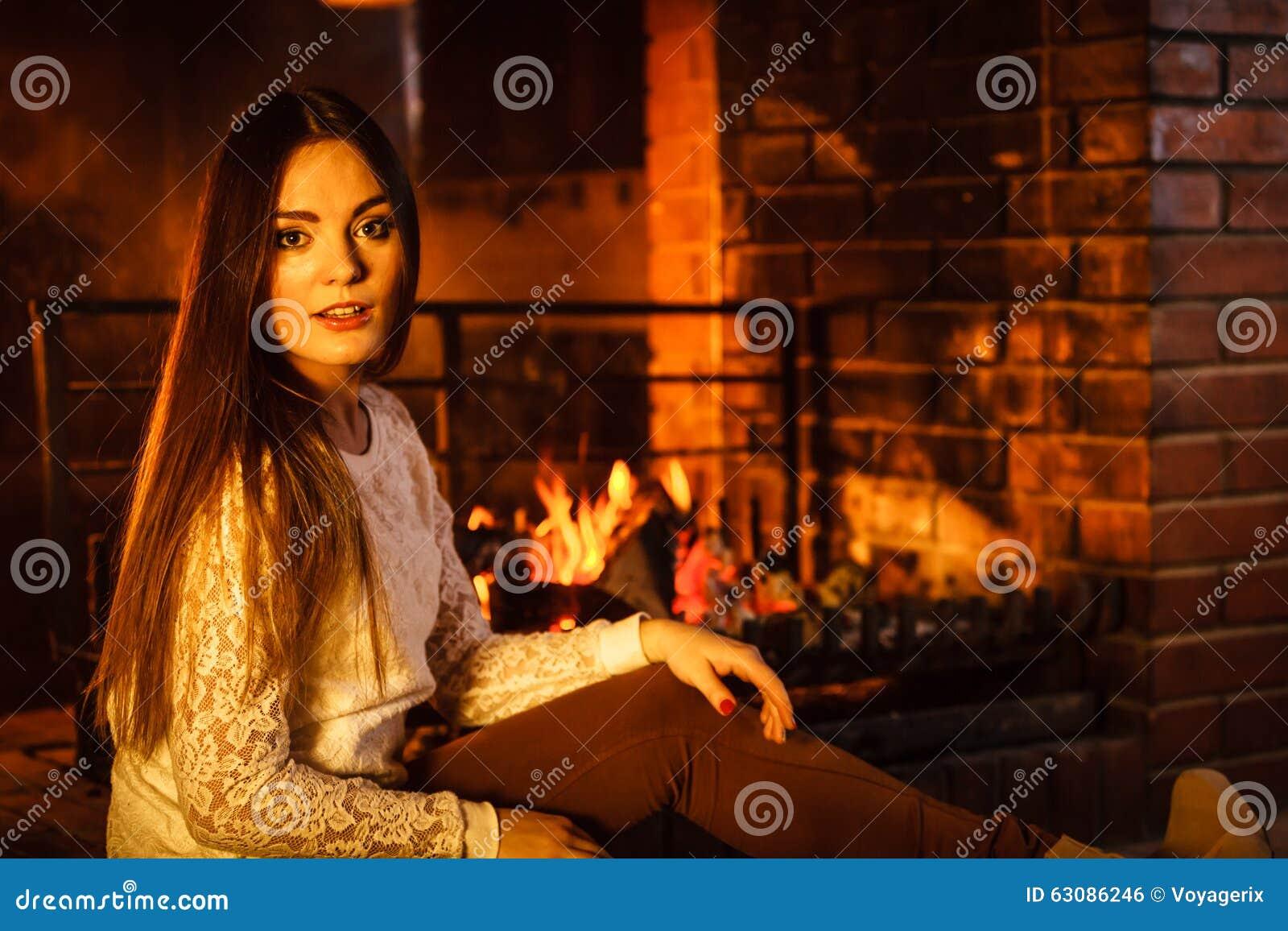 Download Femme Détendant à La Cheminée Maison D'hiver Photo stock - Image du jeune, soirée: 63086246