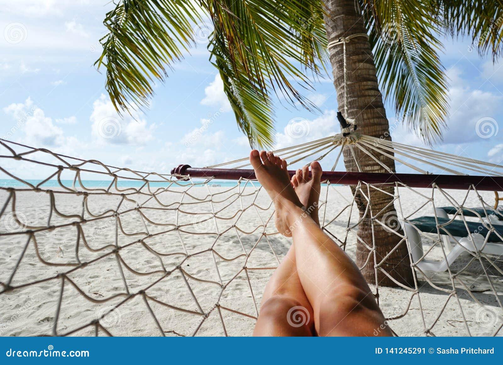 Femme détendant dans l hamac dans le paradis tropical