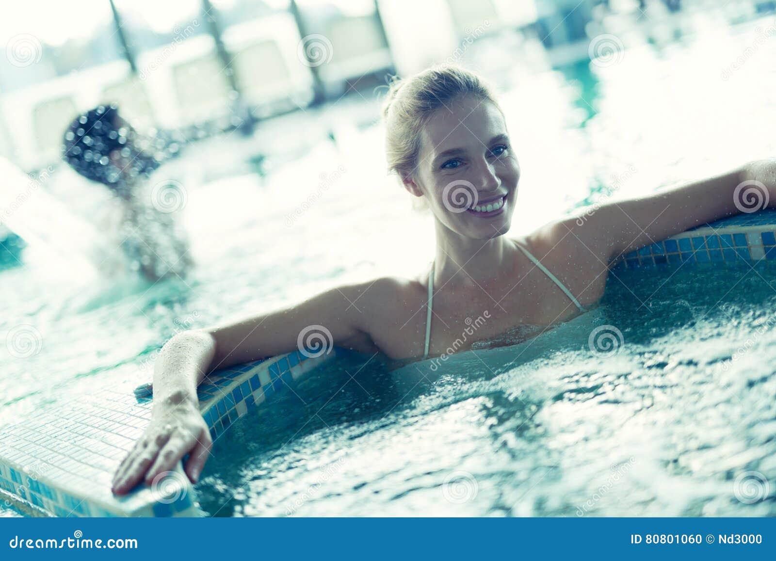 Femme détendant dans le bain moussant