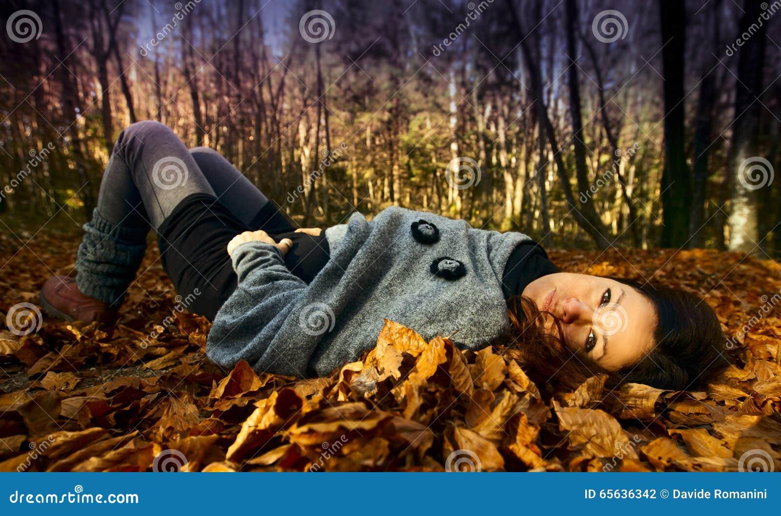 Femme détendant en automne