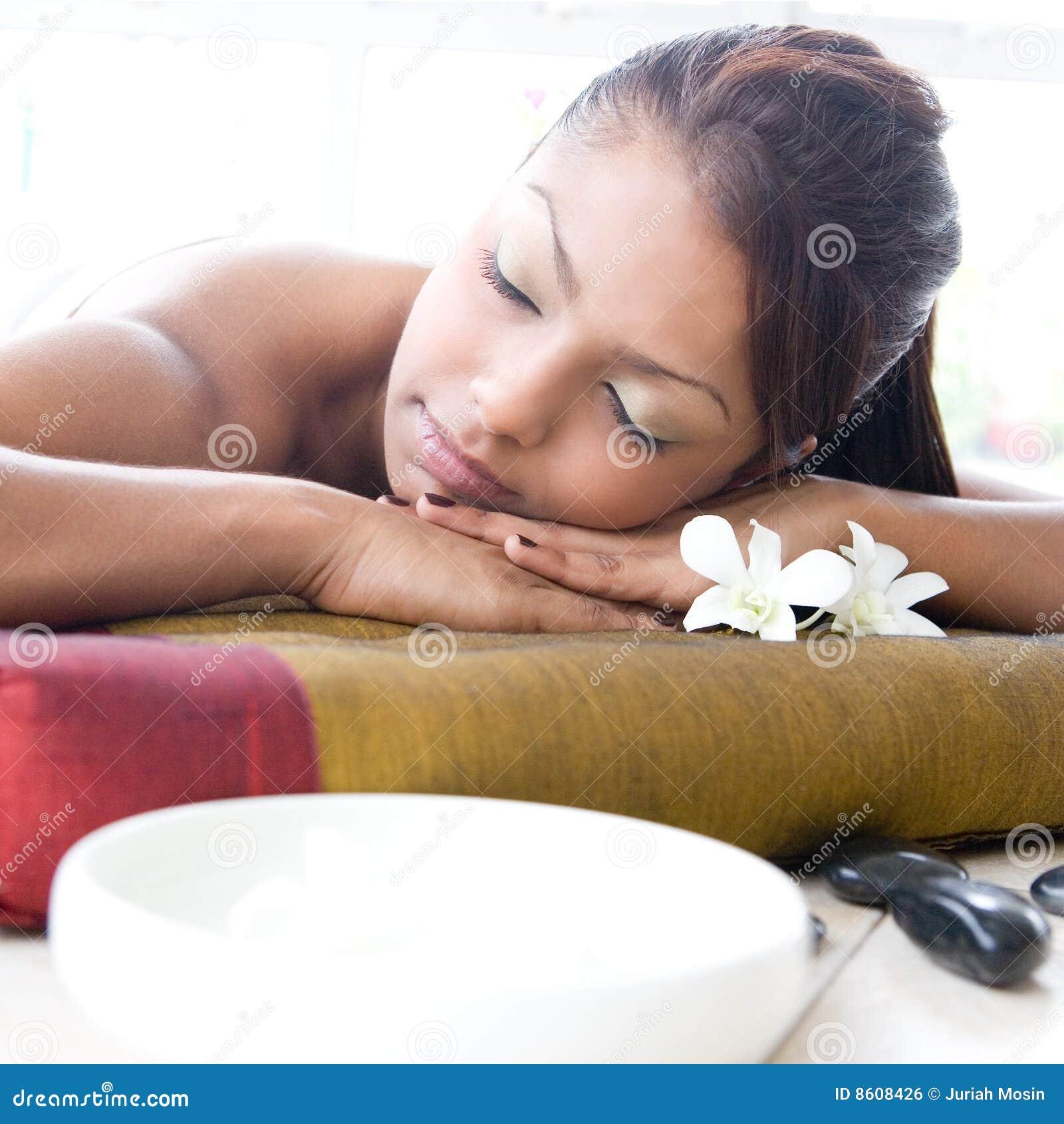 Femme détendant et appréciant un jour à la station thermale