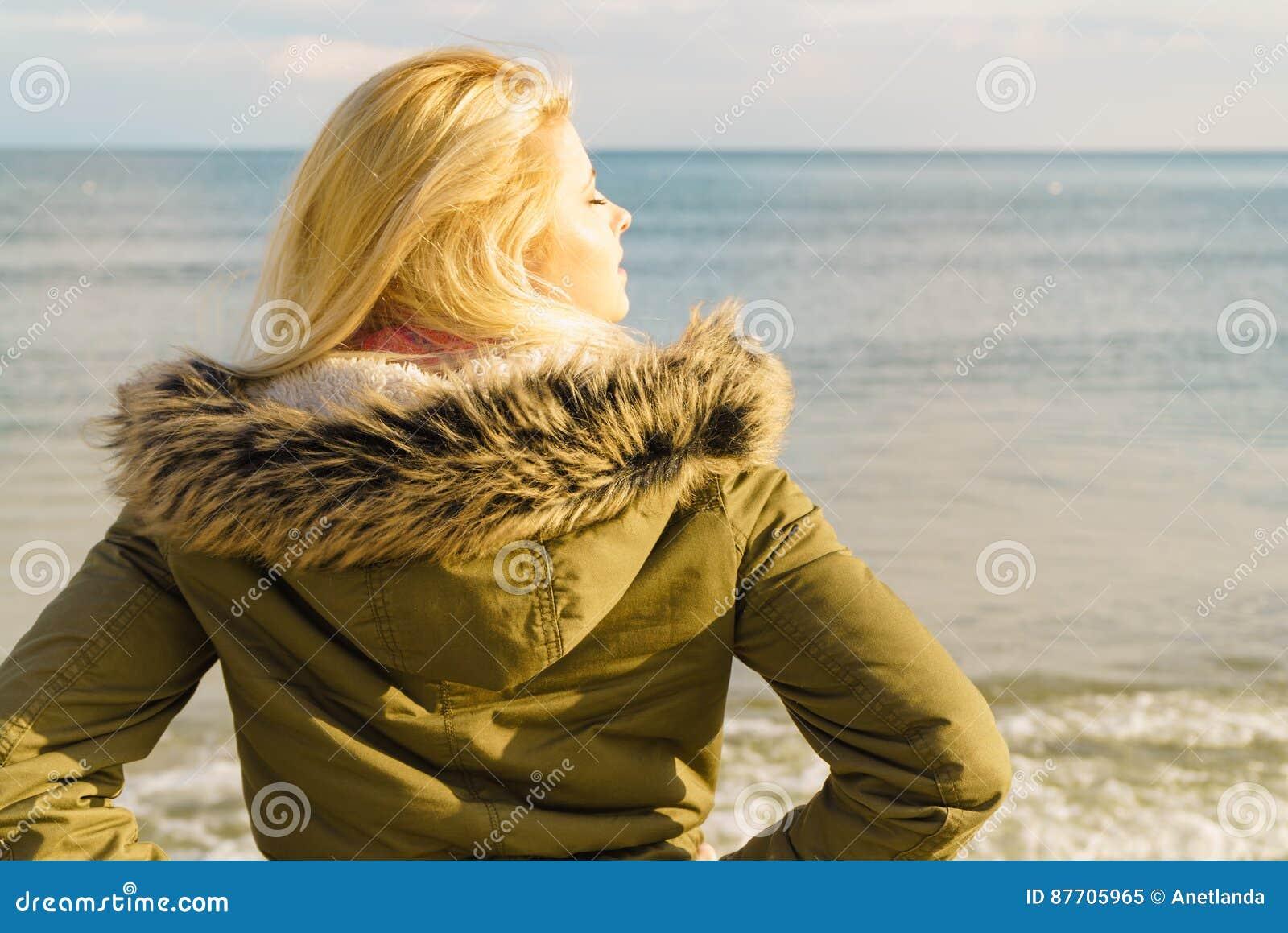Femme détendant sur la plage, jour froid