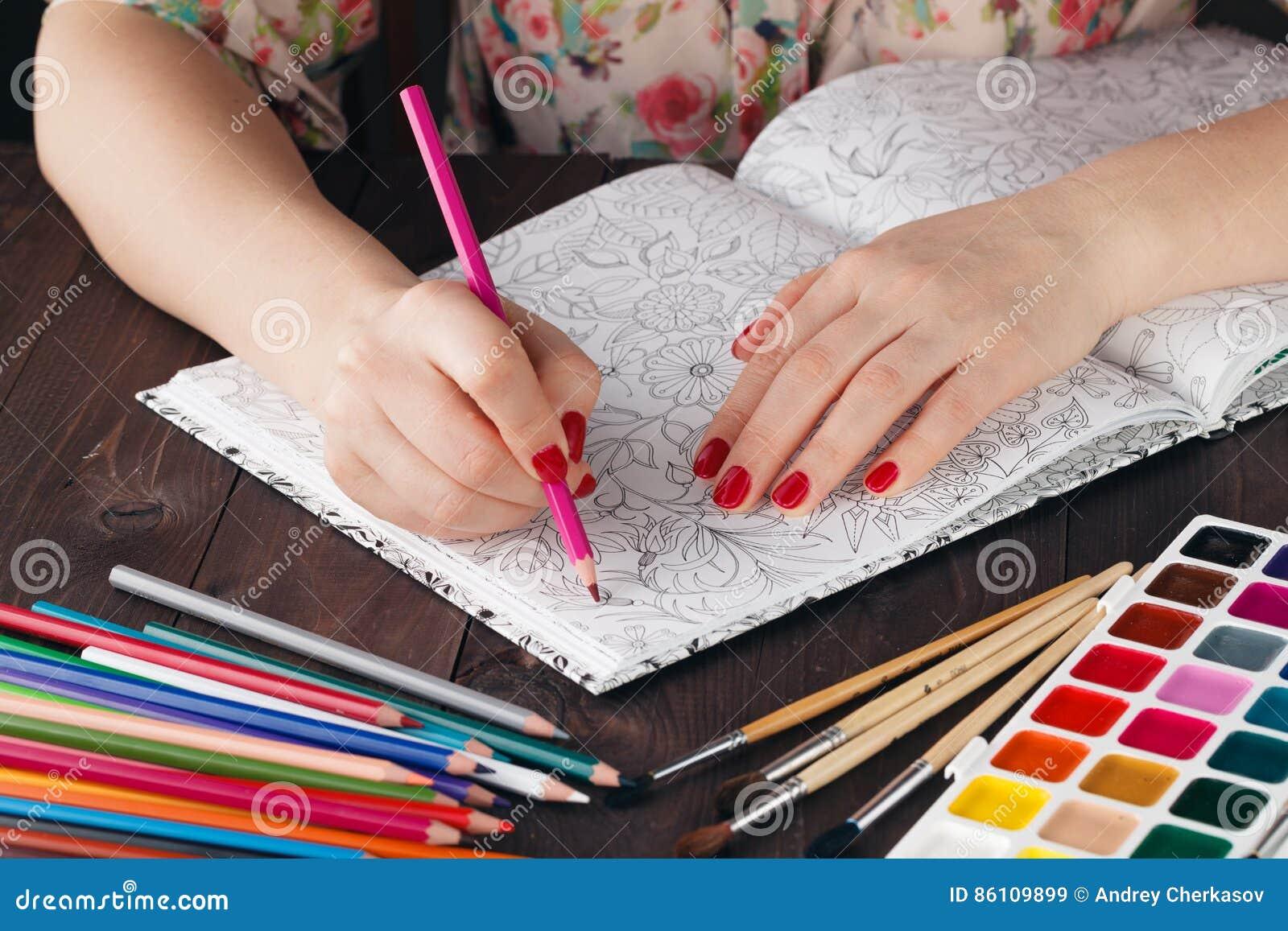Coloriage Adulte Peinture.Femme Detendant Tandis Que Faites Livre De Coloriage Adulte De