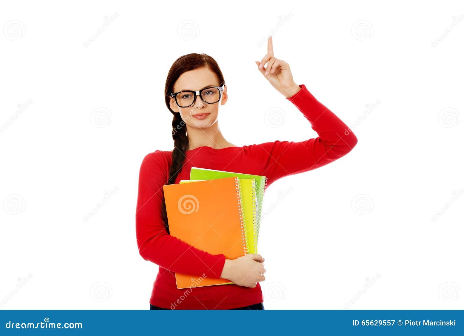 Femme d étudiant montrant le copyspace ou quelque chose