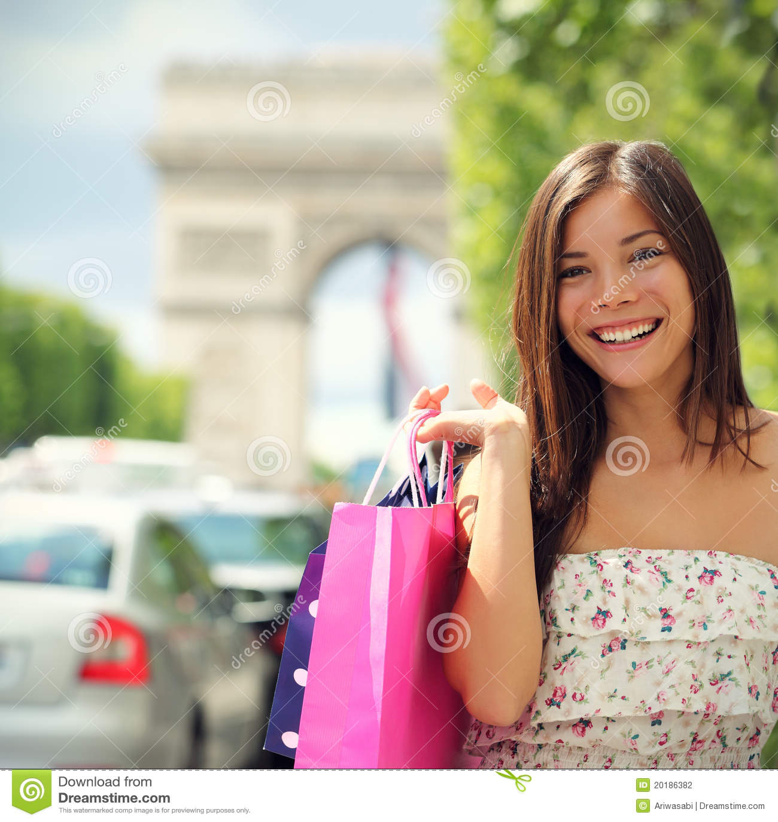Femme d achats de Paris