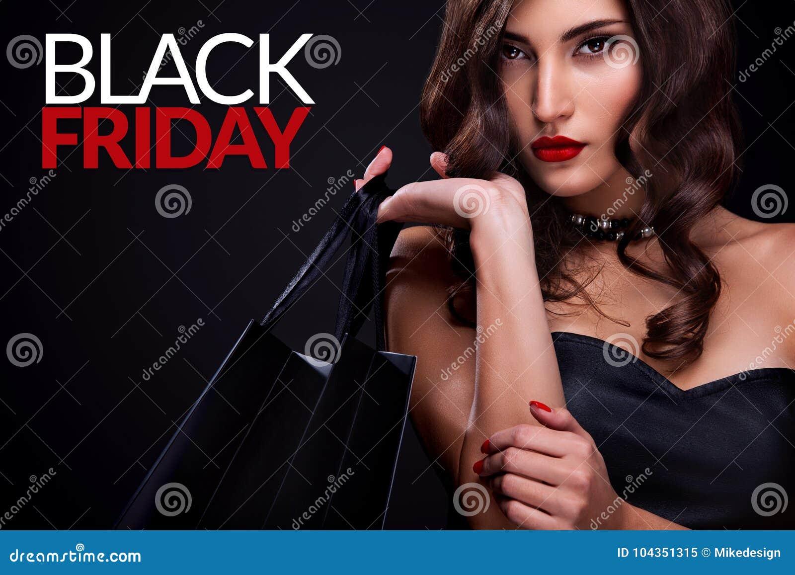 Femme d achats tenant le sac gris sur le fond foncé dans des vacances noires de vendredi