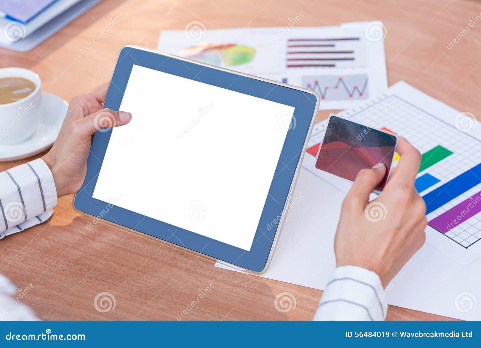 Femme d affaires à l aide de son comprimé numérique
