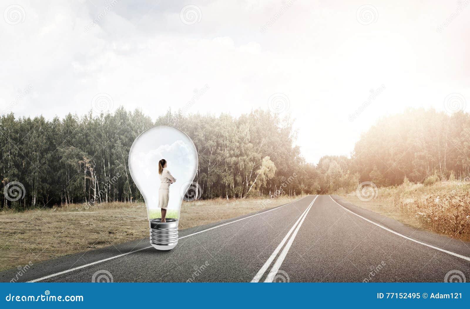 Femme d affaires à l intérieur d ampoule