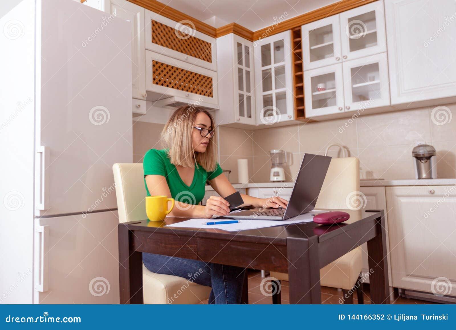 Femme d affaires ? la maison travaillant - factures de paiement de planification de budget et de finances