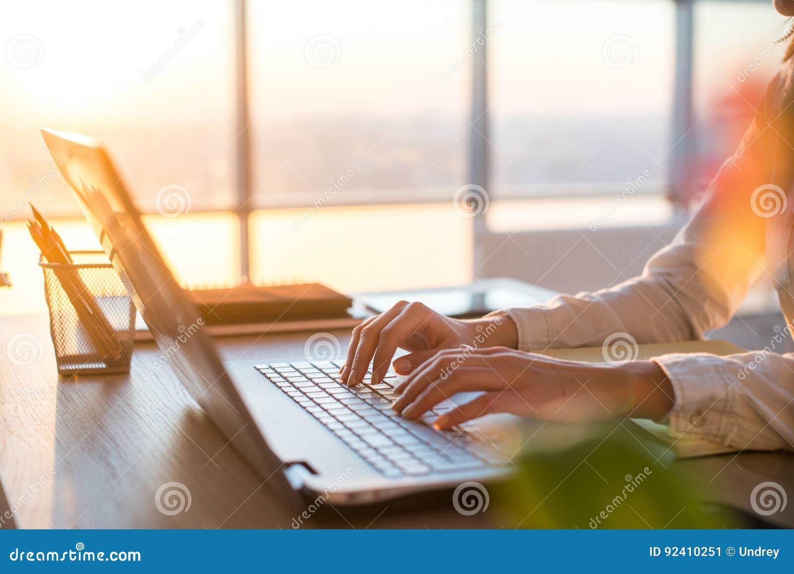 Femme d affaires adulte travaillant à la maison utilisant l ordinateur, étudiant des idées d affaires sur un écran de PC