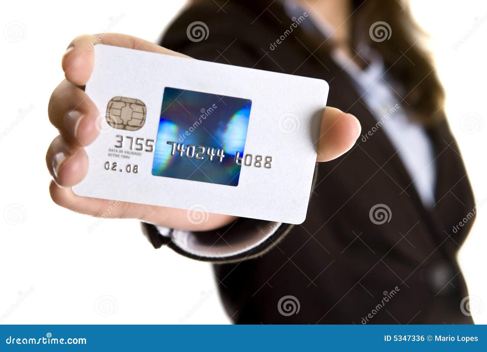 Femme d affaires affichant le visa par la carte de crédit