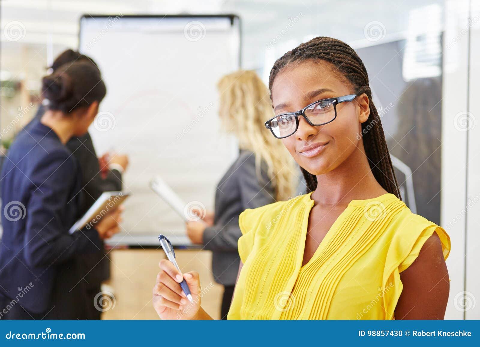 Femme d affaires africaine avec son équipe