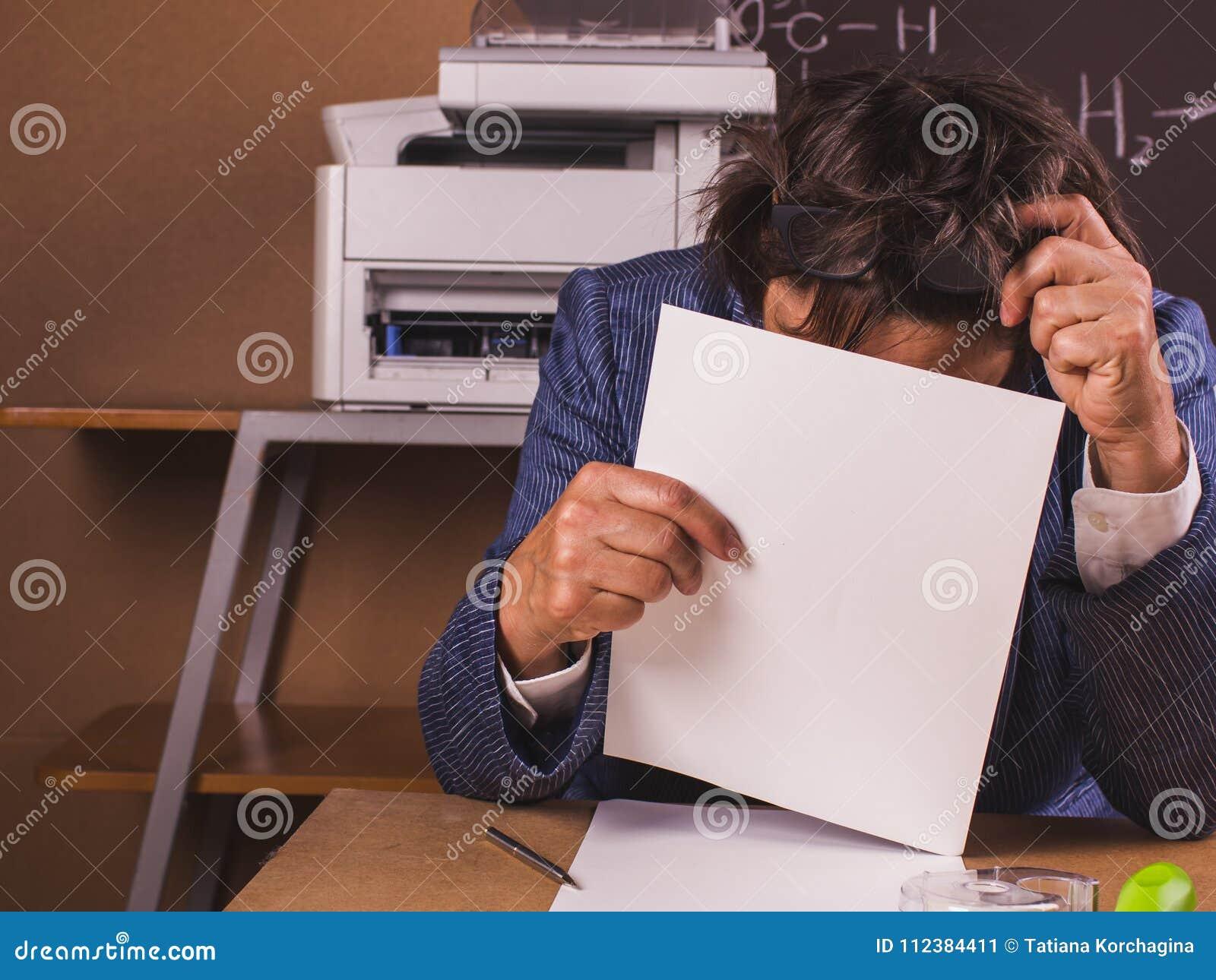 Femme d affaires approfondie dans le travail dans le bureau
