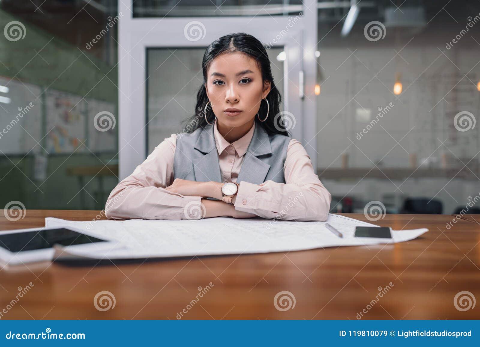 Femme d affaires asiatique travaillant avec le modèle et les dispositifs numériques