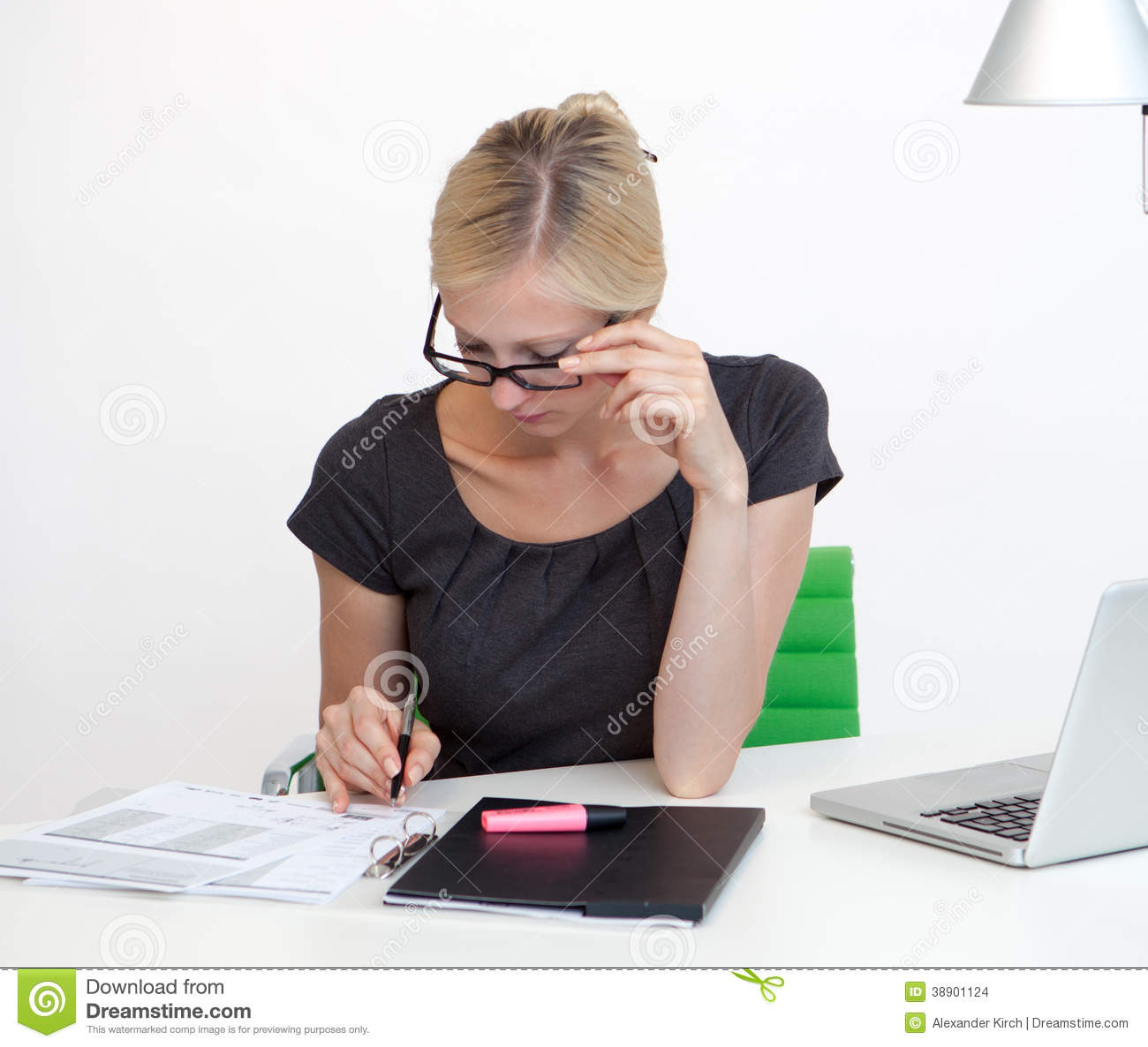 Femme d 39 affaires au bureau de travail photo stock image 38901124 for Photos gratuites travail bureau