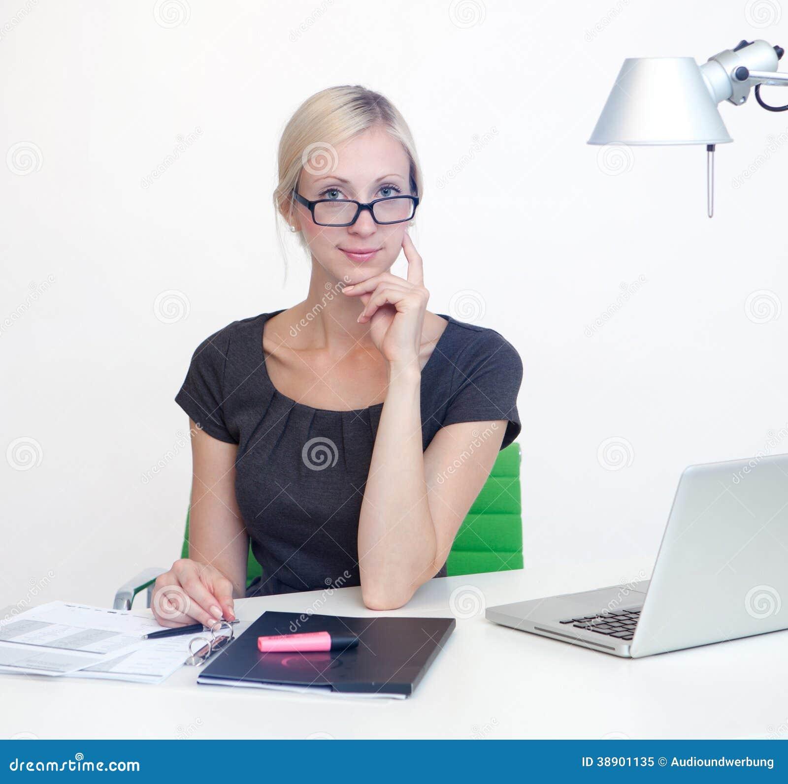 femme d 39 affaires au bureau de travail photo stock image 38901135. Black Bedroom Furniture Sets. Home Design Ideas