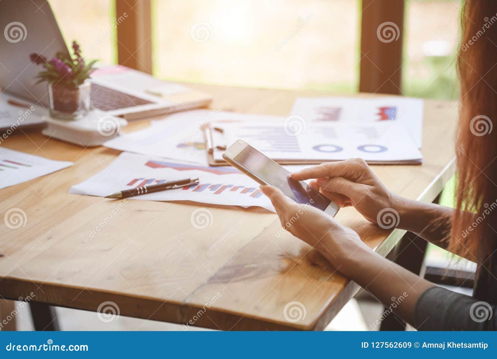 Femme d affaires au travail avec financier