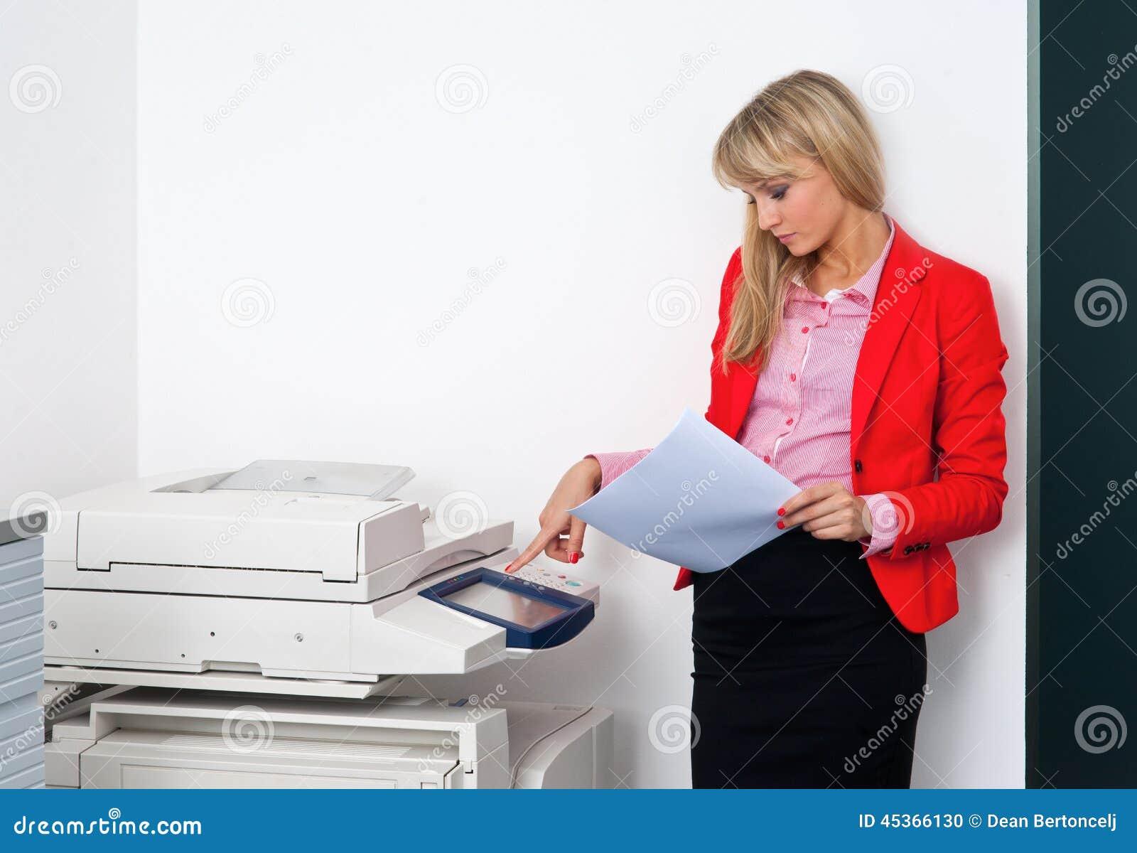 Femme d affaires avec des documents se tenant à côté de l imprimante