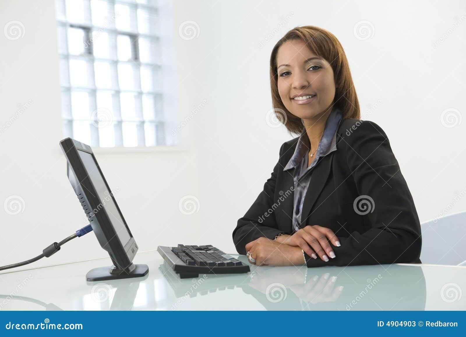 Femme d affaires avec l ordinateur