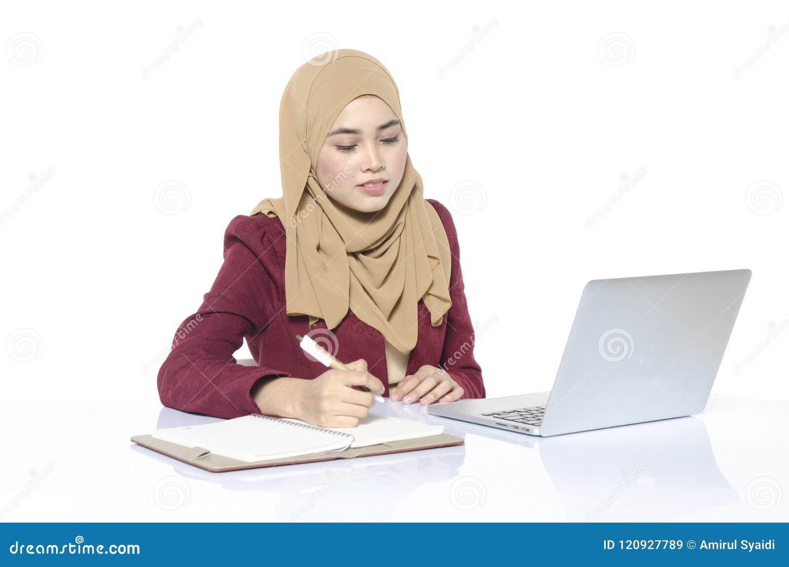 Femme d affaires avec la séance et l écriture de hijab