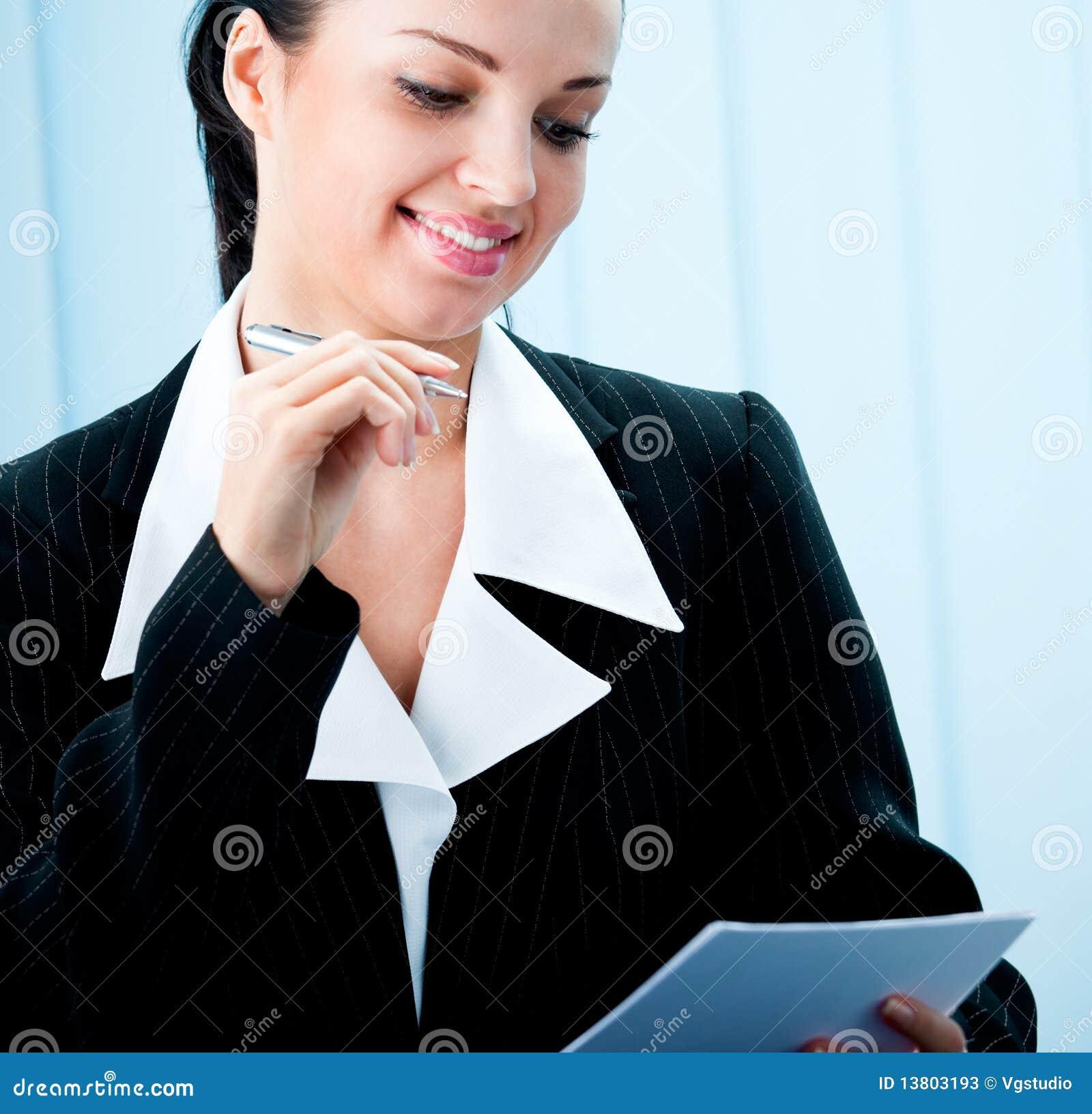 Femme d affaires avec le crayon lecteur