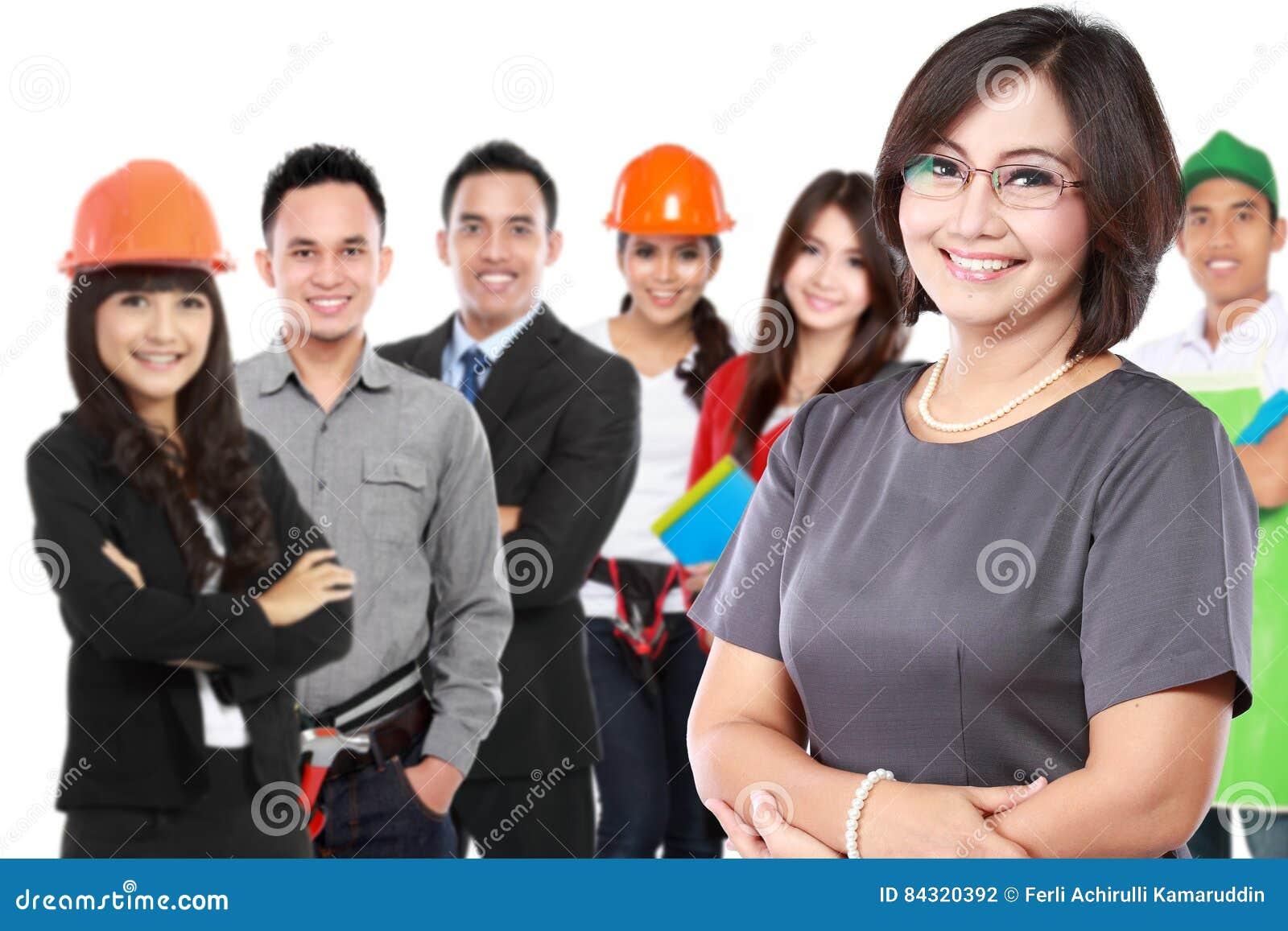 Femme d affaires avec le groupe du travailleur professionnel au backgroun