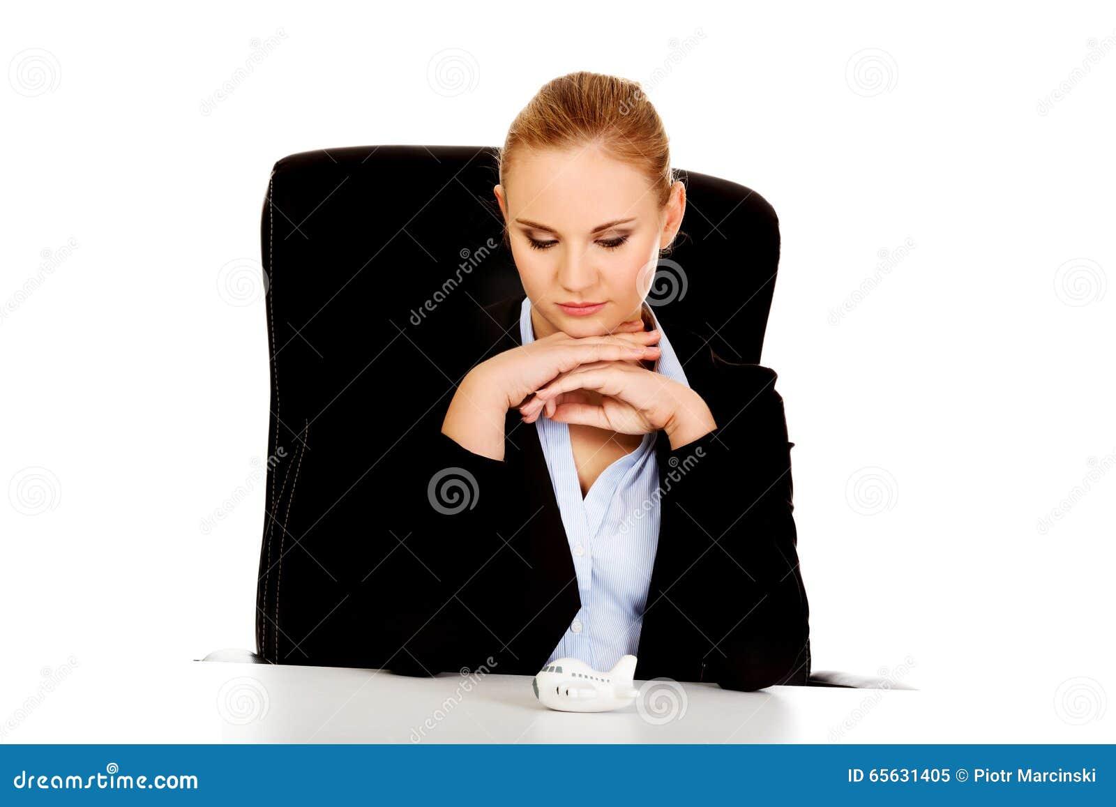 Femme d affaires avec le jouet d avion sur le bureau