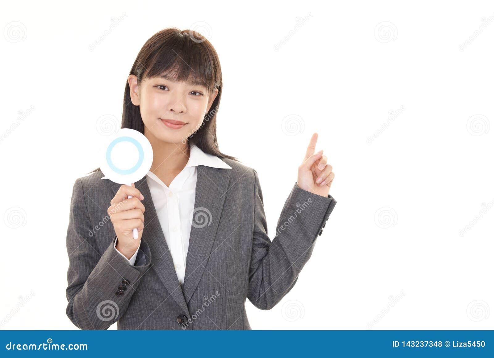 Femme d affaires avec un signe d oui