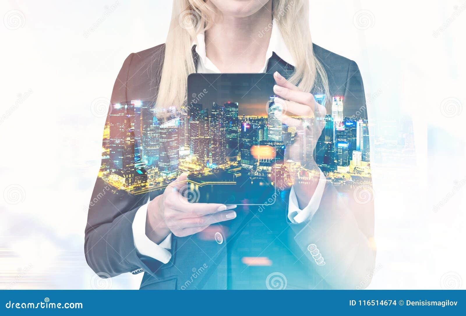 Femme d affaires avec une tablette, ville de nuit