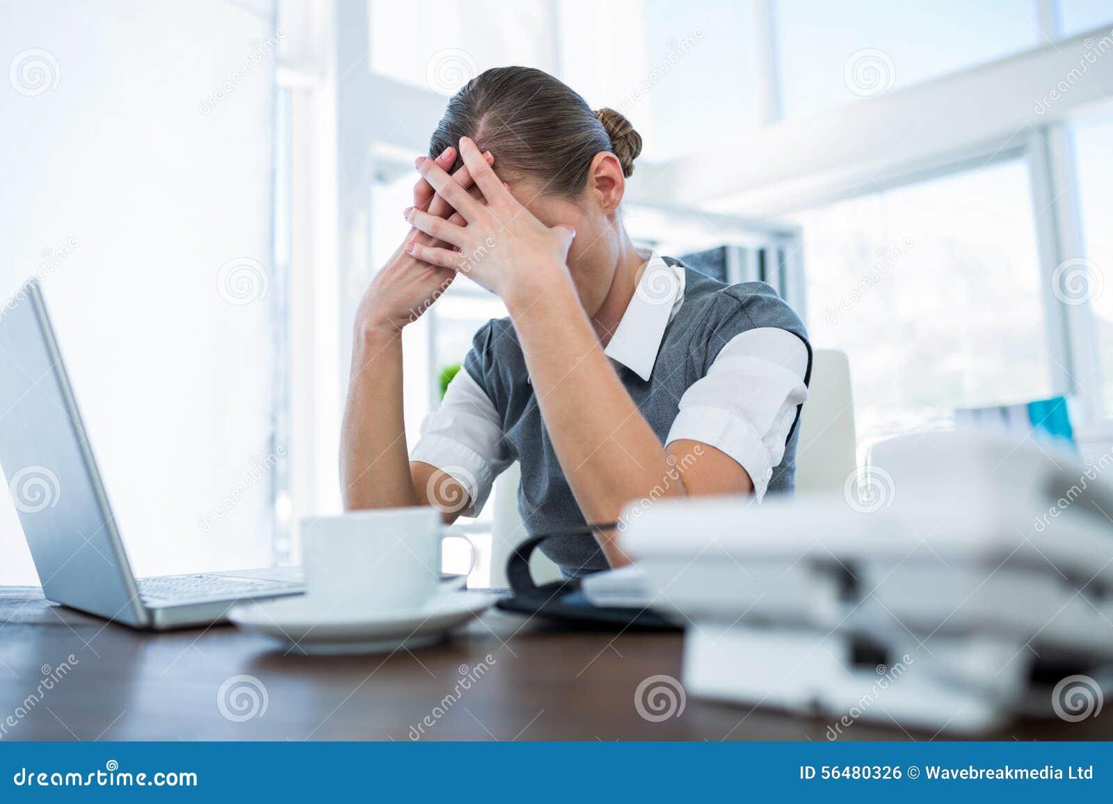 Femme d affaires déprimée avec des mains sur la tête