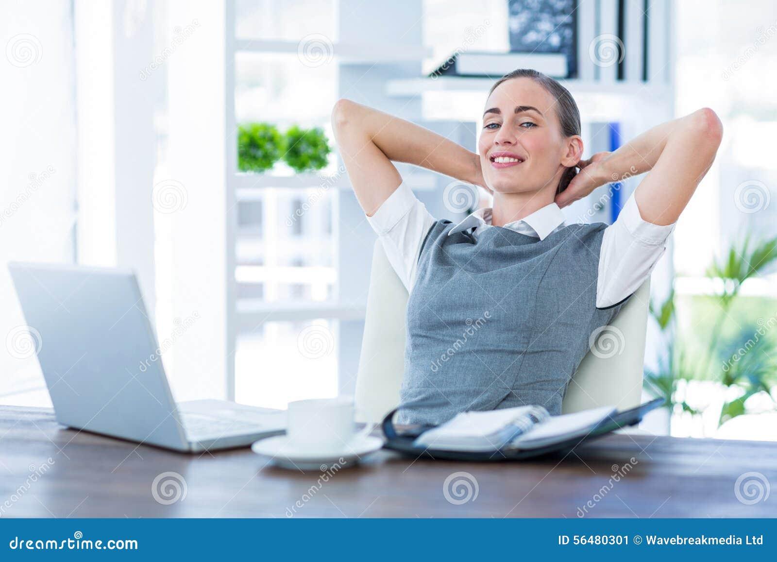 Femme d affaires détendant dans une chaise pivotante