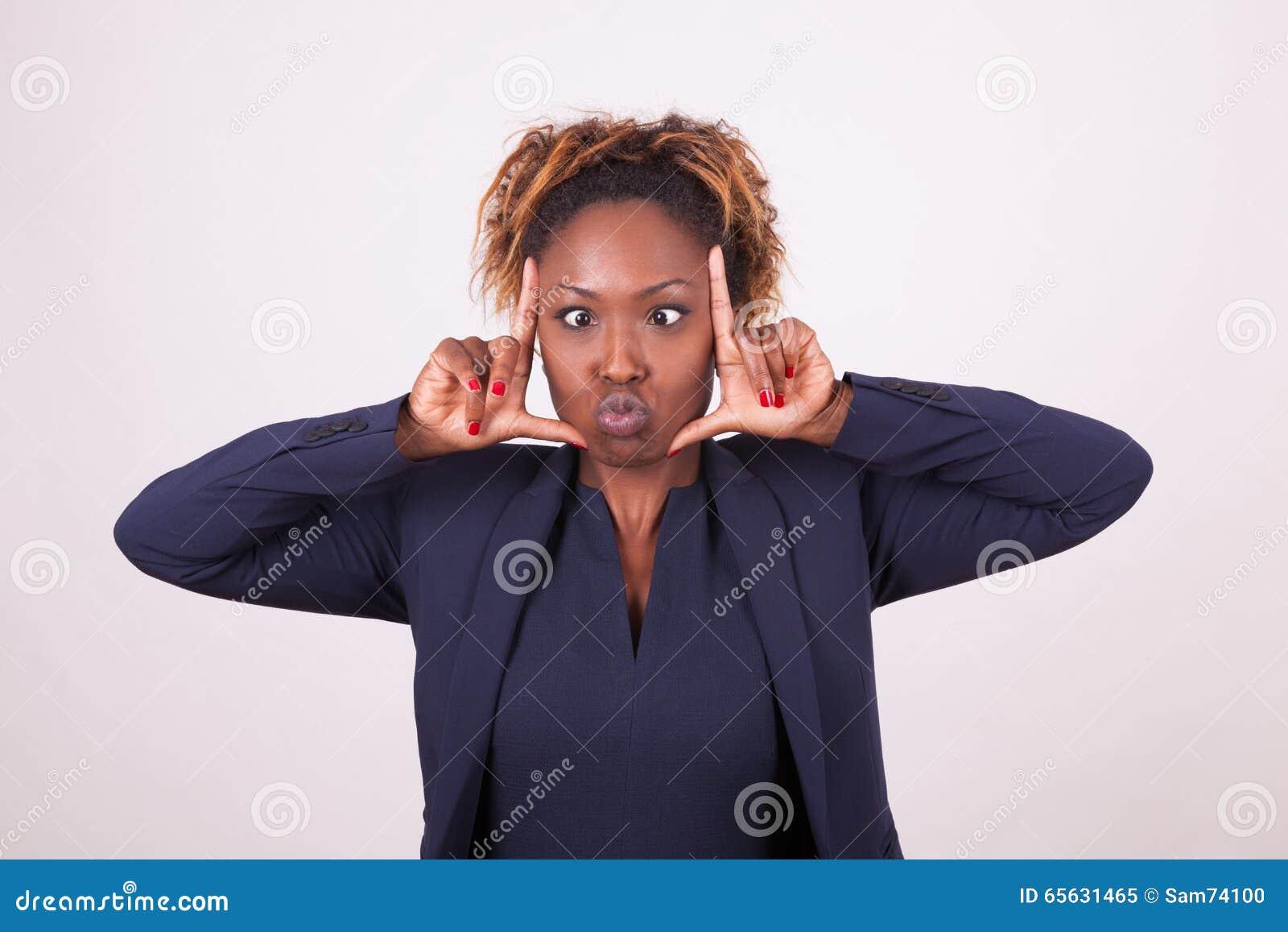 Femme d affaires d afro-américain grimaçant faisant le geste W de cadre