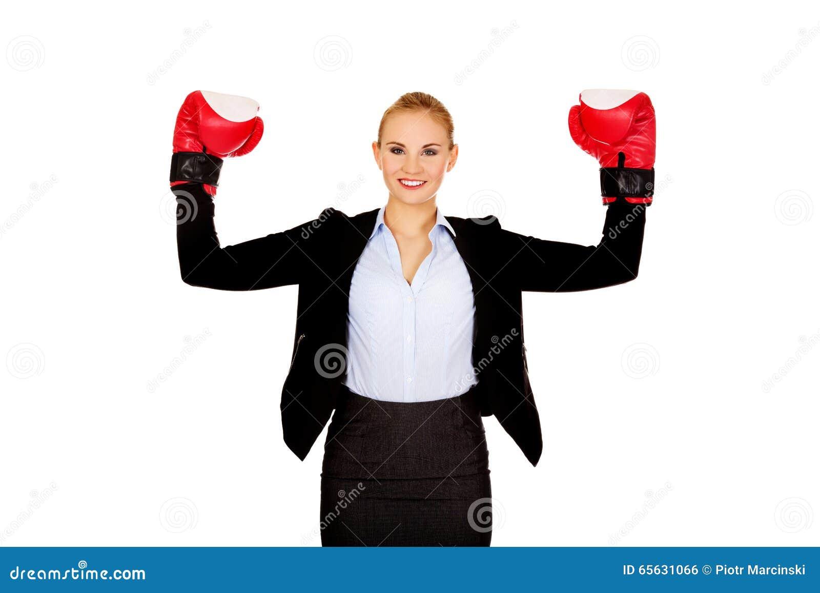 Femme d affaires dans des gants de boxe se tenant dans la pose de victoire