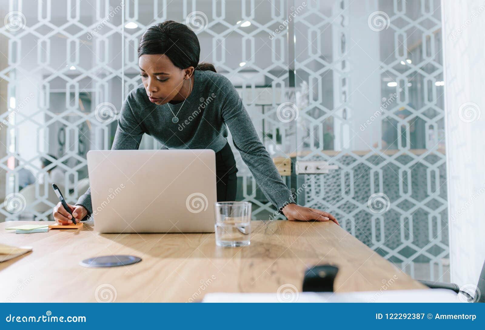 Femme d affaires dans la salle de réunion faisant des notes pour se réunir