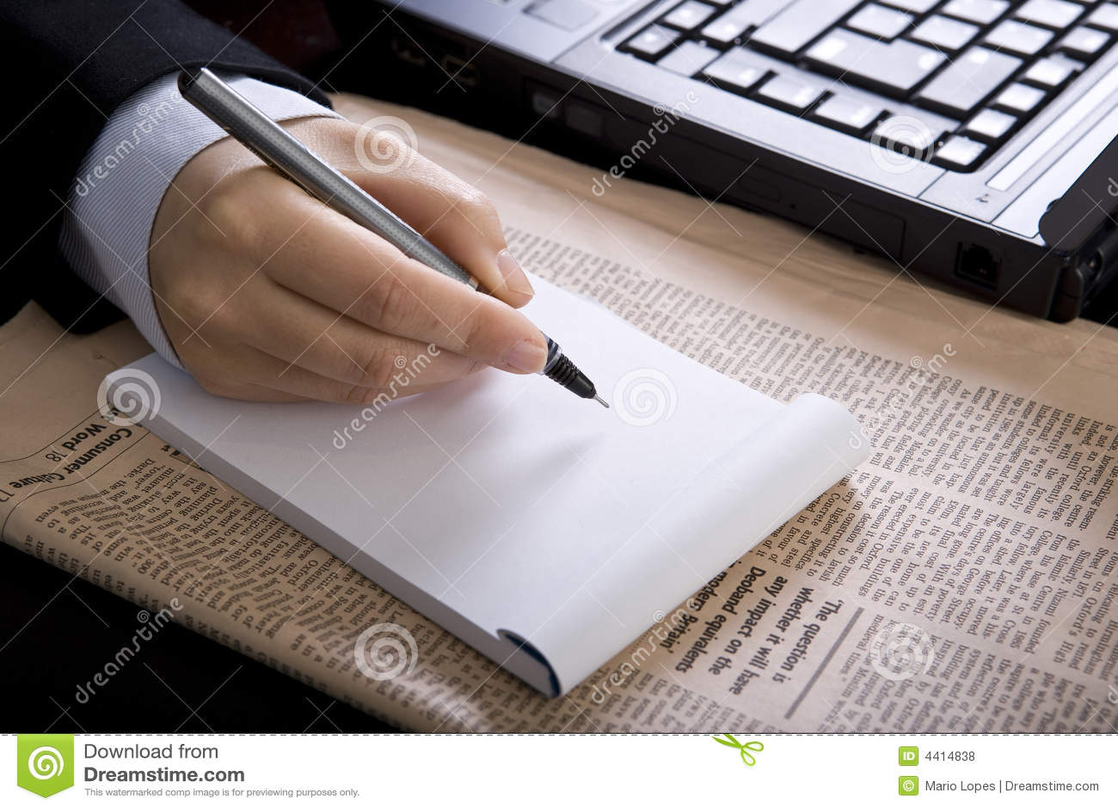 Femme d affaires dans le bureau avec le cahier