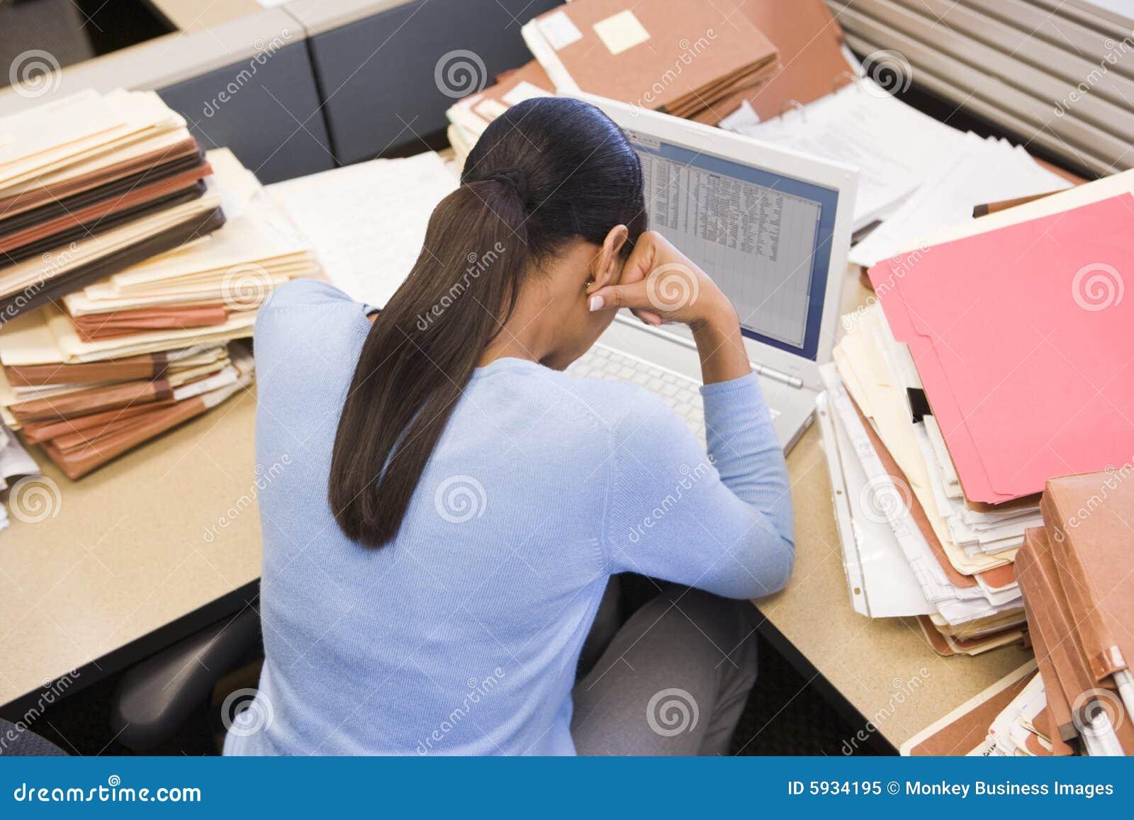 Femme d affaires dans le compartiment avec l ordinateur portatif