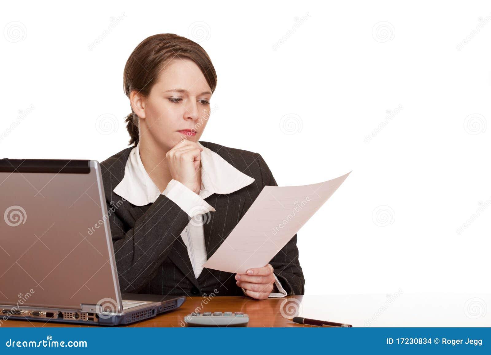 Femme d affaires dans le contrat du relevé de bureau