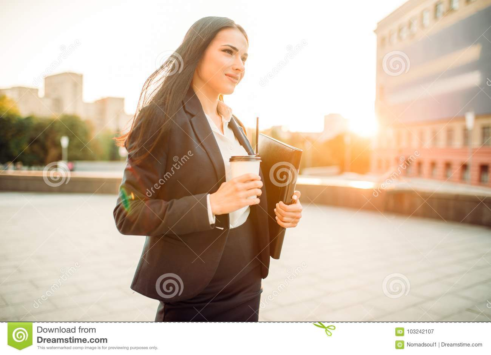 Femme d affaires dans le costume avec le carnet et le café