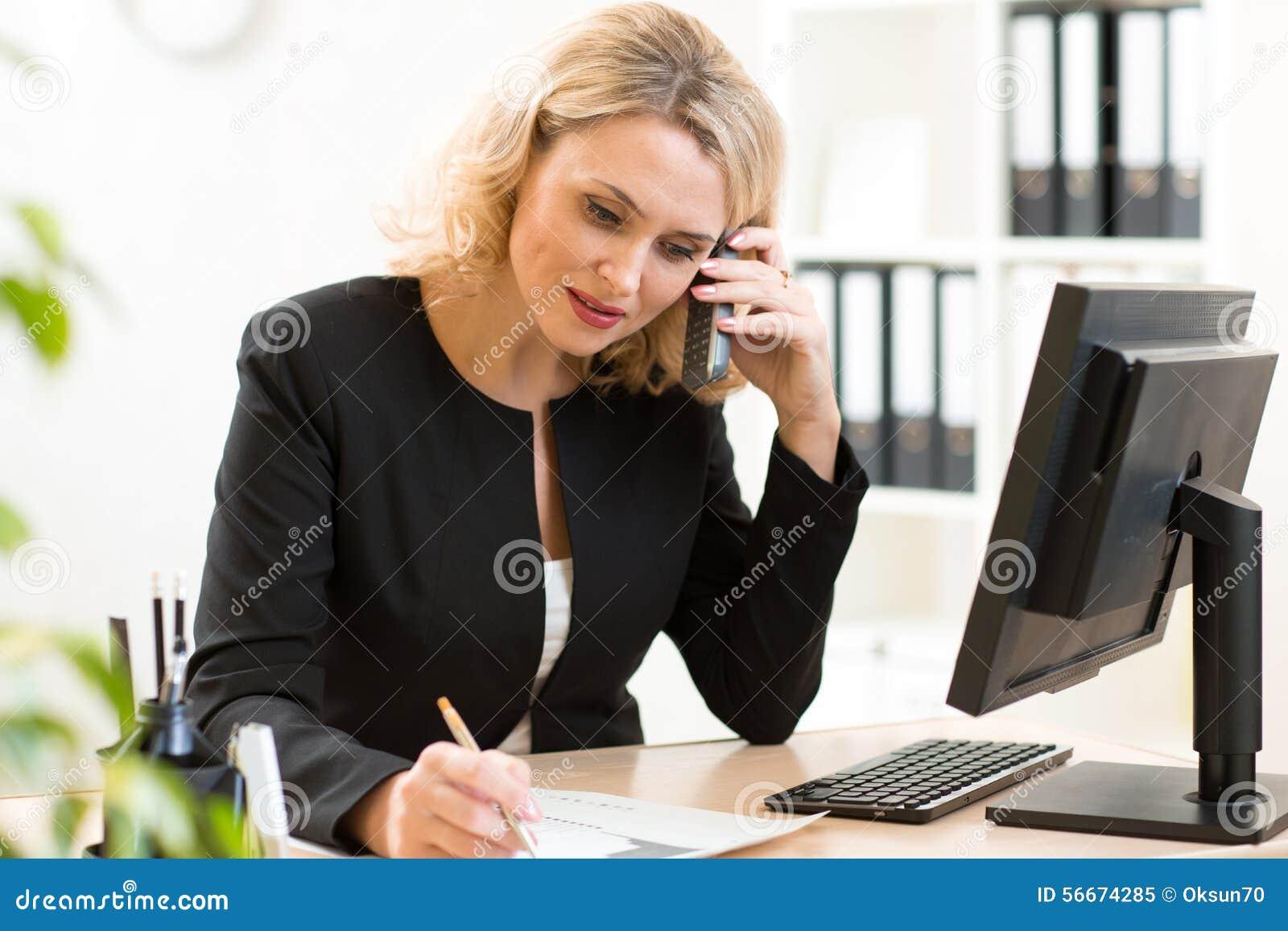 femme d 39 affaires de moyen ge parlant au t l phone portable dans le bureau verticale de femme de. Black Bedroom Furniture Sets. Home Design Ideas