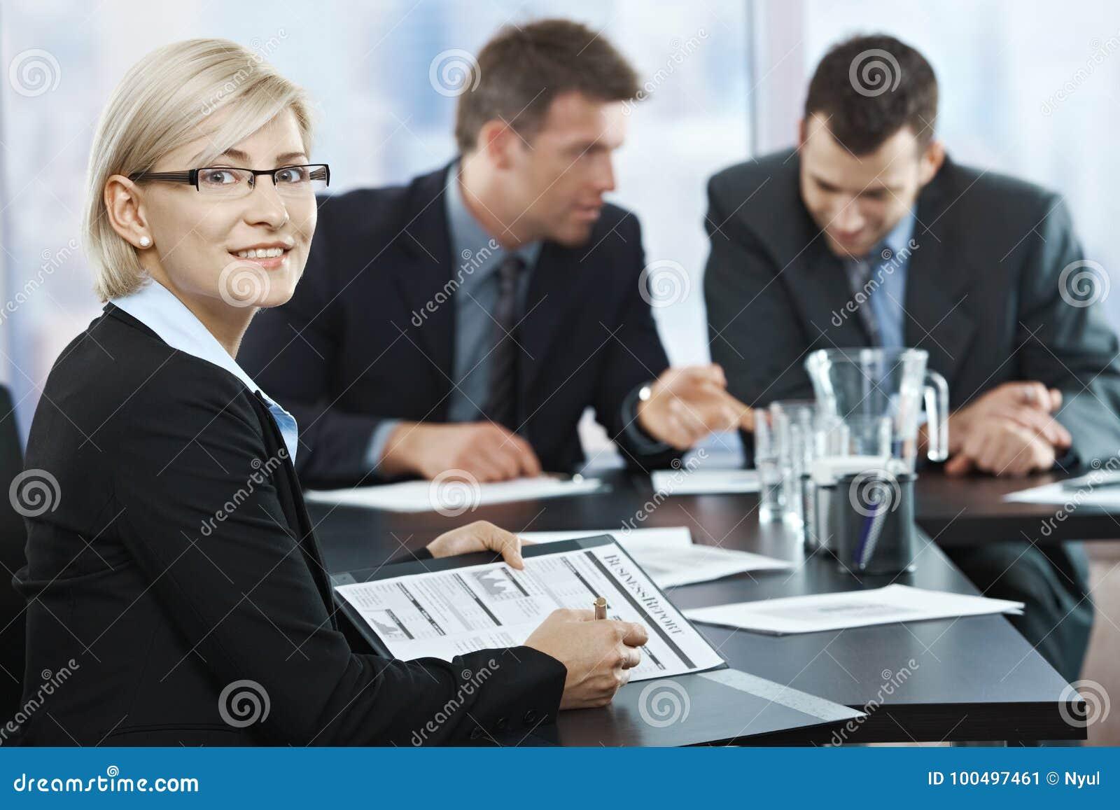 Femme d affaires de sourire lors de la réunion