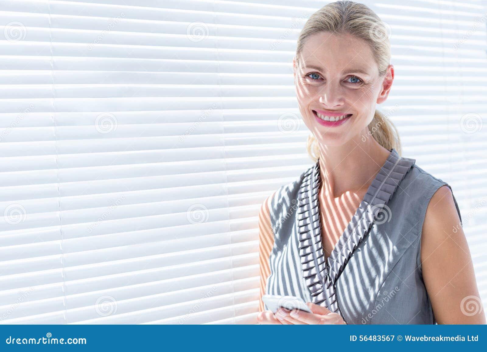 Femme d affaires de sourire regardant l appareil-photo