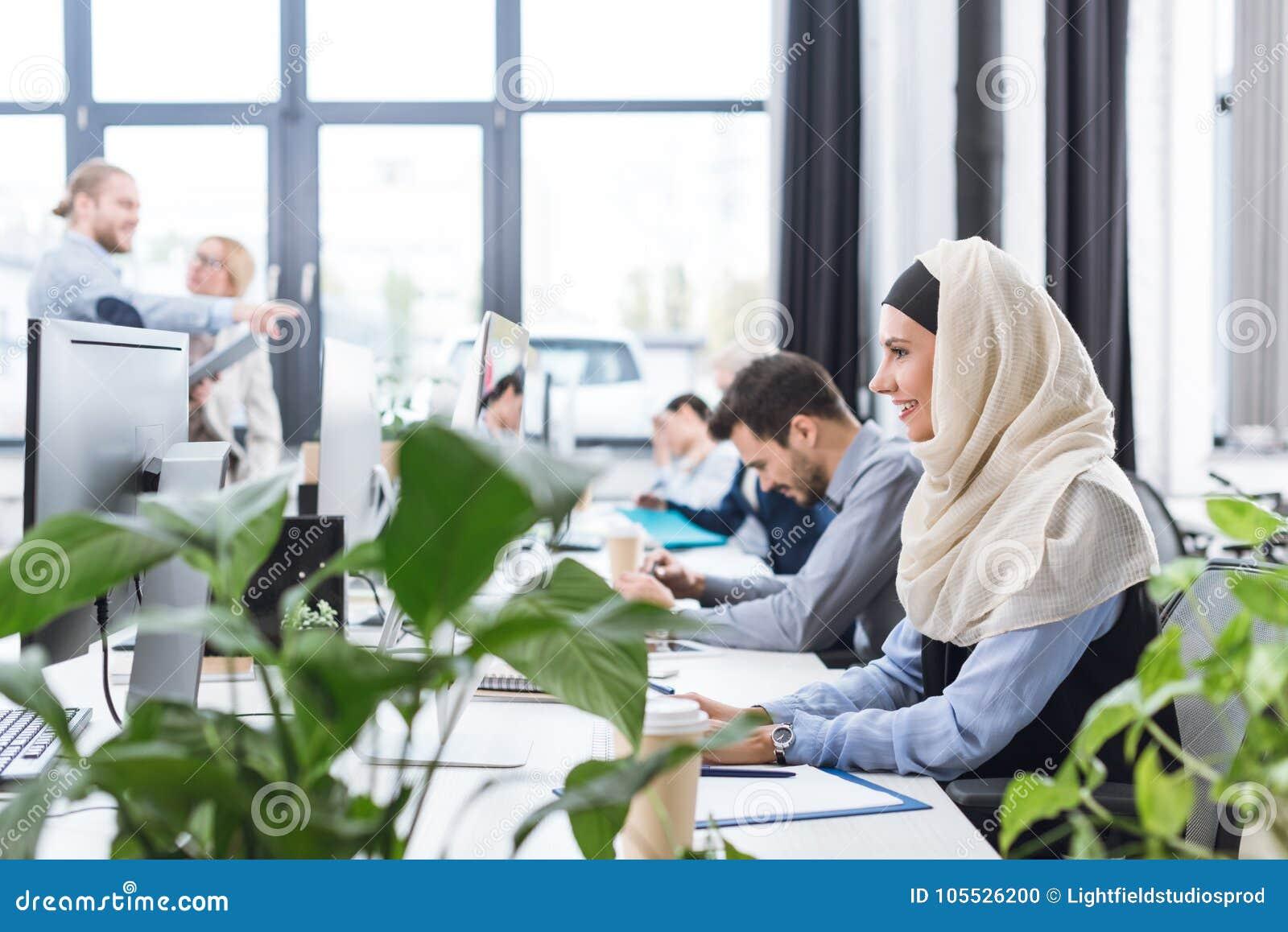 Femme d affaires de sourire travaillant sur l ordinateur