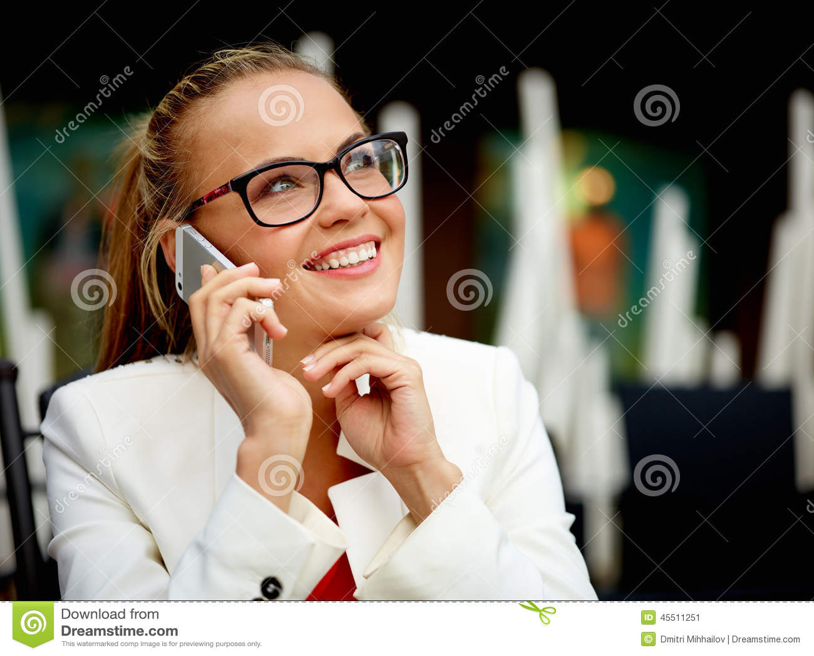 Femme d affaires dehors sur une pause de midi