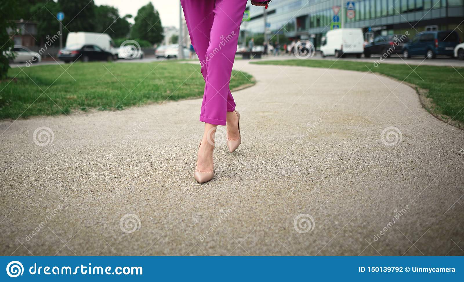 Femme d affaires descendant la rue
