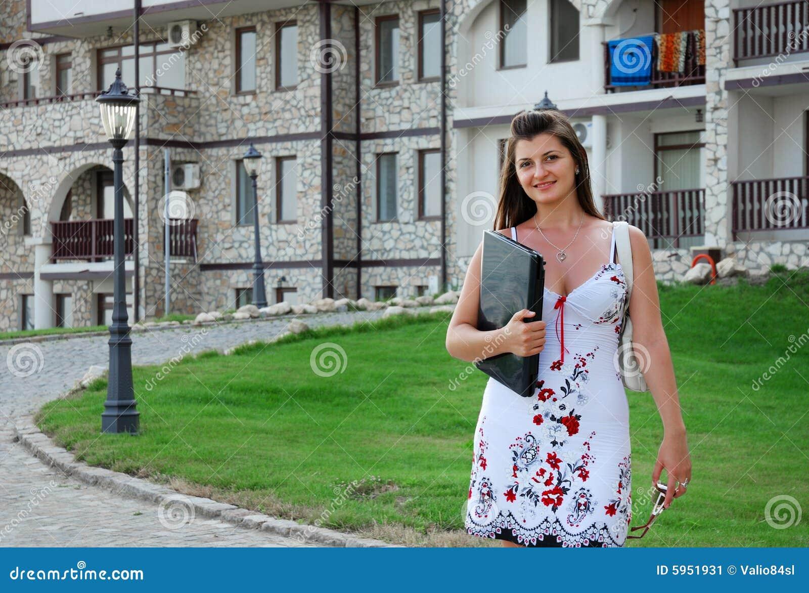 Femme d affaires devant sa maison 3