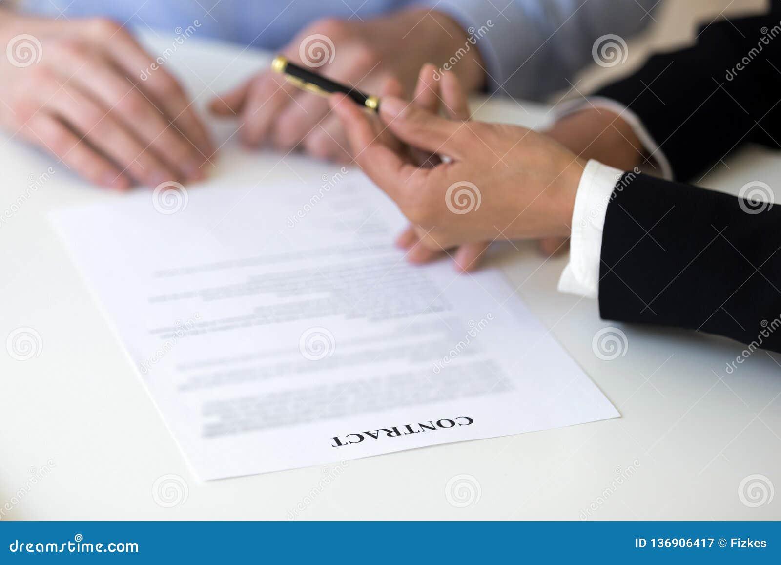 Femme d affaires donnant le stylo à l homme, offre pour signer le Contra d emploi